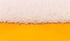 Крупный план пива и пены. Стоковые Фото