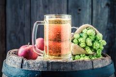 Крупный план пива сидра с яблоками, хмелями и пшеницей Стоковые Фото