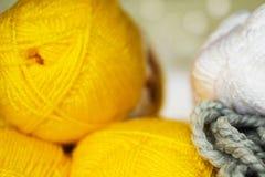 Крупный план покрашенной пряжи для вязать, пасм в желтой, серого цвета и Стоковые Фотографии RF
