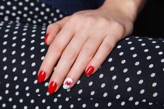 Крупный план покрашенных красных ногтей Стоковое Изображение
