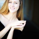 Крупный план портрета усмехаясь девушки Стоковое Изображение