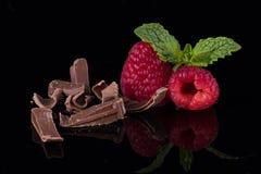 Крупный план поленик с листьями и шоколадом мяты на черном b Стоковая Фотография