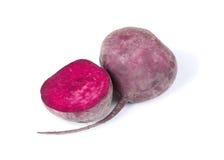 Крупный план половины свеклы, фиолетового бурака, овощей для освежать здоровые блюда и drnks изолированные на белизне Стоковое фото RF
