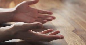 Крупный план предложений жестов рук молодого человека на встрече Стоковые Фотографии RF