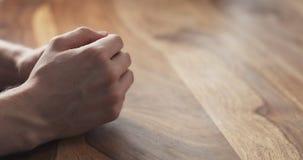Крупный план предложений жестов рук молодого человека на встрече Стоковая Фотография