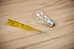 крупный план предпосылки немногие винты металла оборудует белую работу Стоковое Изображение RF