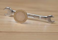 крупный план предпосылки немногие винты металла оборудует белую работу Стоковая Фотография RF