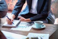 Крупный план предпринимателей на таблице во времени встречи Стоковое Фото