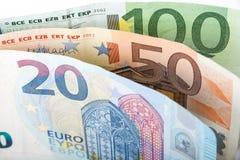 Крупный план примечаний евро владение домашнего ключа принципиальной схемы дела золотистое достигая небо к Стоковое Изображение