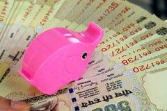 Крупный план 500 примечаний и копилки рупии Стоковые Фотографии RF