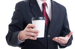 Крупный план при рука бизнесмена держа кофе для того чтобы пойти чашка Стоковые Фотографии RF