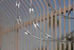 Крупный план провода бритвы с положением Secrity загородки бара Стоковое Изображение