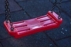 Крупный план пустого красного цепного качания Стоковые Фото