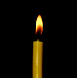 Крупный план пламени свечи изолированный на черной предпосылке Стоковые Фото