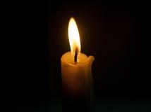 Крупный план пламени свечи изолированный на черноте Стоковое Изображение RF