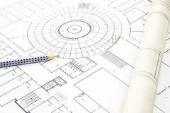 Крупный план плана строительства с карандашем и свернутой бумагой Стоковые Фото