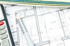 Крупный план плана строительства с калькулятором, карандашем и трудным столом Стоковая Фотография
