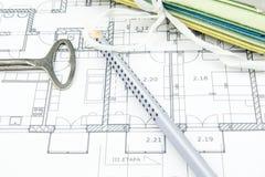Крупный план плана строительства с старым ключом, карандашем и трудными столами Стоковое Фото