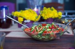 Крупный план плиты с салатом на украшенной таблице Стоковое фото RF