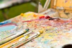 Крупный план различных врем-worn paintbrushes Стоковое фото RF