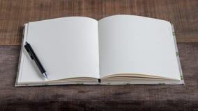 Крупный план раскрытой handmade книги на деревянной предпосылке Стоковое Изображение RF