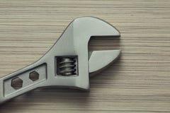 Крупный план регулируемого ключа на деревянной предпосылке Стоковые Фотографии RF
