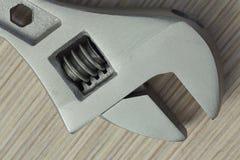 Крупный план регулируемого ключа на деревянной предпосылке Стоковое Изображение RF