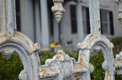 Крупный план ржавой богато украшенной загородки с краской хриплости стоковое фото rf