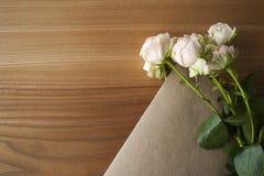 Крупный план розового китайца розовый с листом ремесла на деревянной предпосылке Стоковое Изображение