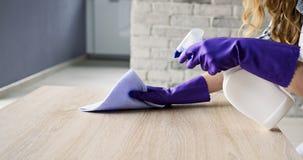Крупный план руки женщины очищая деревянный стол Стоковые Фотографии RF