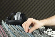 Крупный план руки регулируя смеситель студии стоковое фото