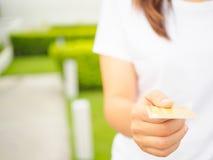 Крупный план руки ` s женщины вводя e-карточку в шлиц ATM Стоковые Изображения