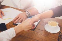Крупный план рукопожатия дела на встрече офиса, заключении контракта Стоковое Изображение RF