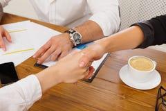 Крупный план рукопожатия дела на встрече офиса, заключении контракта Стоковые Фотографии RF