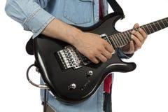 Крупный план рук гитариста играя e-гитару Стоковые Изображения