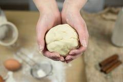 Крупный план рук женского хлебопека замешивая тесто в хлебопекарне Стоковое фото RF