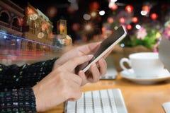 Крупный план рук женщины используя умный телефон стоковое фото