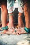 Крупный план рук женщины и ноги практикуют йогу Стоковая Фотография RF