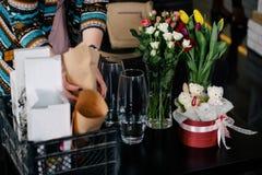 Крупный план рук флориста молодой женщины создавая букет пинка Стоковые Фотографии RF