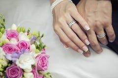 Крупный план рук Groom и невесты Стоковая Фотография RF