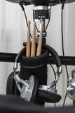 Крупный план ручек и наушников барабанчика Стоковое Фото