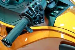 Крупный план рычага управления дросселя рулевого колеса мотоцикла Стоковая Фотография