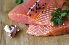 Крупный план свежего salmon филе с травами и чесноком Стоковые Фотографии RF