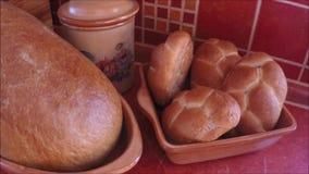 Крупный план свеже испеченных продуктов хлебопекарни акции видеоматериалы