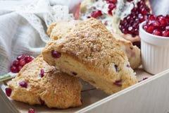 Крупный план свеже испеченных scones с семенами гранатового дерева Стоковое Фото