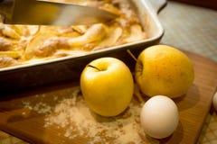 Крупный план свеже сделанного яблока и золотых яблок на кухонном столе Стоковое Изображение