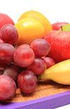 Крупный план свежих естественных плодоовощей на разделочной доске Стоковая Фотография RF