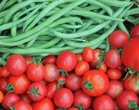 Крупный план свежих зеленых фасолей и томатов Стоковое Изображение RF