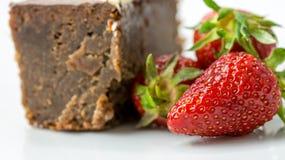 Крупный план свежих клубник рядом с шоколадным тортом Стоковые Изображения RF