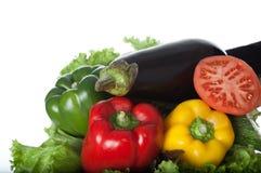 Крупный план свежих овощей на деревянной плите и белой предпосылке Состав овощей Здоровые еда и здоровое питание Стоковая Фотография RF